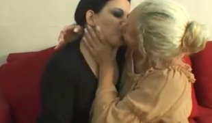 Lesbo waiting-kissing district